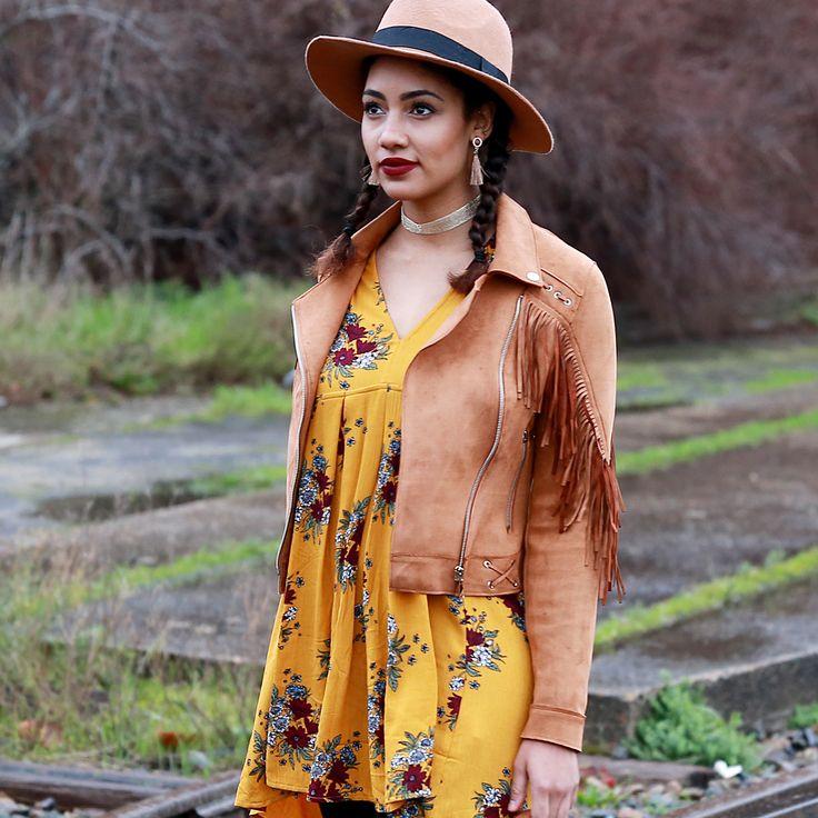 LOOK || On aime l'imprimé de cette robe jaune moutarde imprimé fleurs ! #tendance  #printemps #robe #fleurs #cowboy #westerne #cowgirl #veste #jaune #chapeau #camel #indian #style