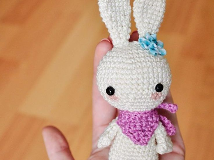 Tutoriale DIY: Cómo hacer un conejo de amigurumi vía DaWanda.com