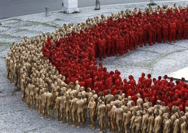 Exhibitionisme massif 1700 volontaires pour poser nus, à la demande de l'artiste américain Spencer Tunick, à Munich.
