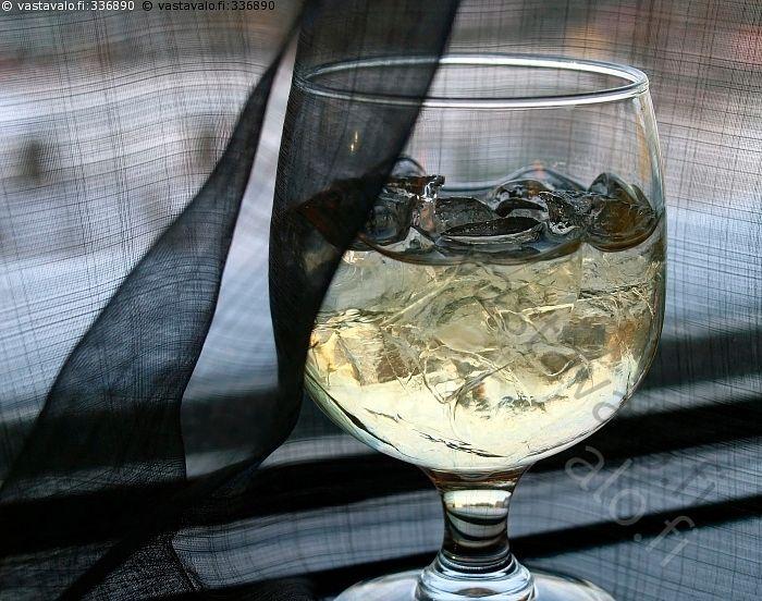 Mustiin verhottu malja - lasi viini malja valkoviini musta verho tumma tunnelma viinilasi  jääpalat jääkuutio jääpala jää juoma kellua lasillinen drinkki jääpala jääpalat alkoholi juoma viina drinkkilasi  synkkä surullinen murheellinen iloton mieto alkoholijuoma lasillinen