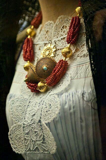 Gioielli femminili : Collana di corallo sardo intervallata da sfere in oro dalla tipica lavorazione. Coppia di #bottoni in filigrana con turchesi. #sardinian
