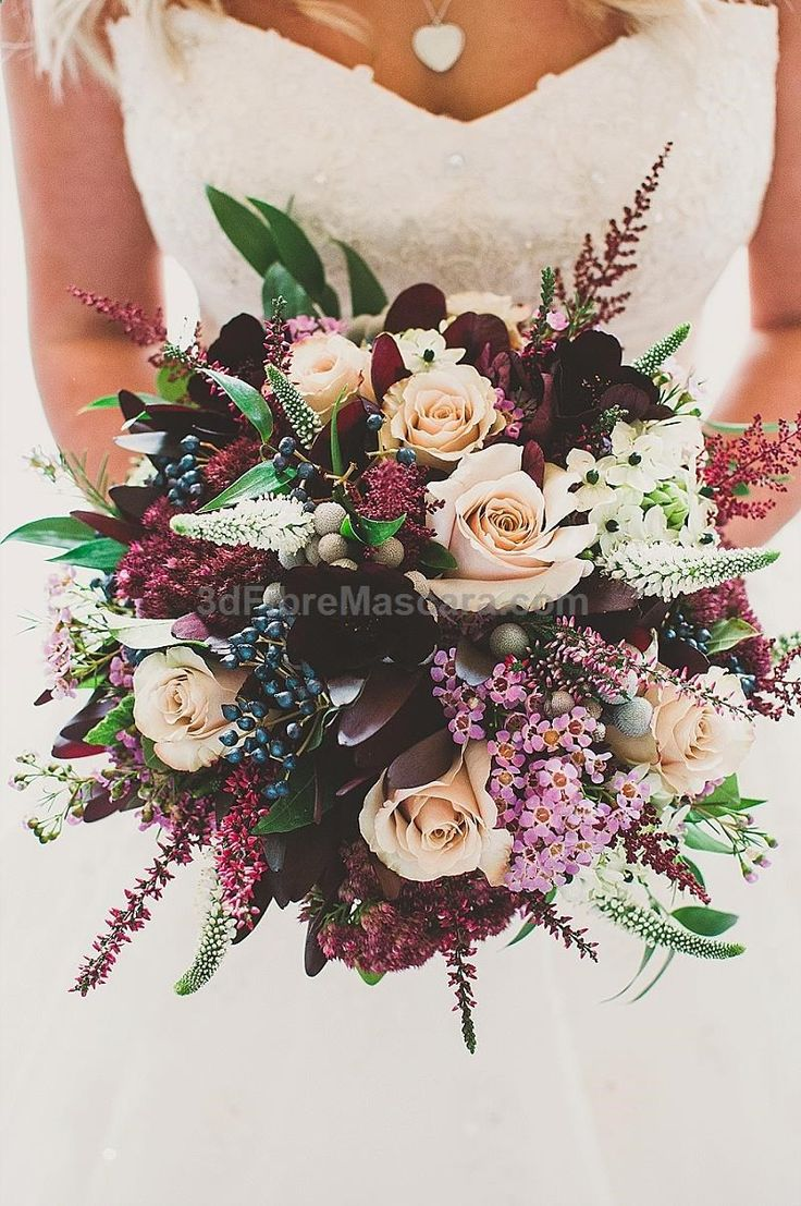 Bouquet: a adição de elementos roxos na paleta é interessante, mas neste caso eles estão em maior número do que é a intenção. #weddings #wedding #marriage #weddingdress #weddinggown #ballgowns #ladies #woman #women #beautifuldress #newlyweds #proposal #shopping #engagement