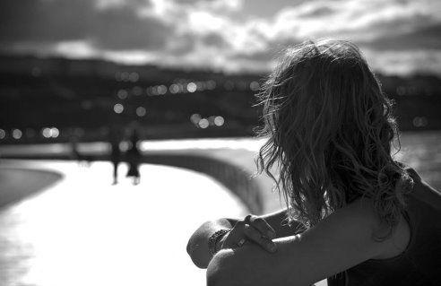 Не запрещай себе мечтать – Пусть не в цветном, пусть в чёрно-белом; Пусть ты открыт ветрам и стрелам – Сними замок, сорви печать! Не запрещай себе творить, Пусть иногда выходит криво – Твои нелепые мотивы Никто не в силах повторить. Не обрывай свои цветы, Пускай растут в приволье диком Молчаньем, песней или криком Среди безбрежной пустоты. Не запрещай себе летать, Не вспоминай, что ты не птица: Ты не из тех, кому разбиться Гораздо легче, чем восстать..... Эризн