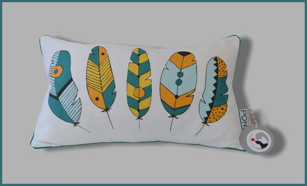 Oryginalna poduszka z autorskim projektem - z przodu urocze pióra tukana, wspaniała ozdoba pokoiku Twojego dziecka! Z tyłu pomarańcz w białe kropeczki. Całość wykończona bawełnianą wypustką, która...