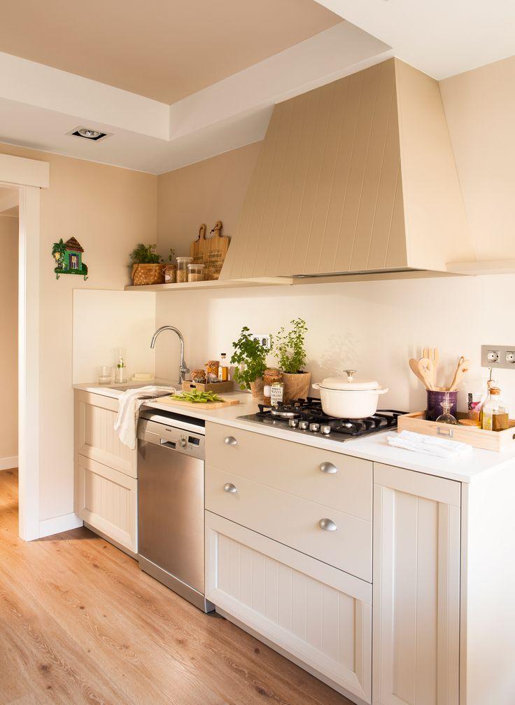 Zona de fuegos y de agua de pequeña cocina con suelo de parquet,  muebles y campana panelados en madera y estante de almacenaje