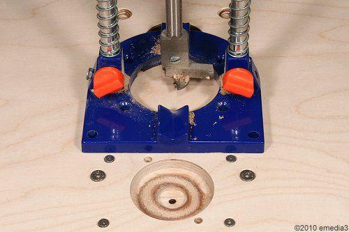 Mit einem verstellbaren Holz-Fräsbohrer gelingt der Kreisausschnitt für die Fräser-Durchführung besonders sauber und präzise - DIY-Bauanleitung für einen modularen Frästisch für die Oberfräse