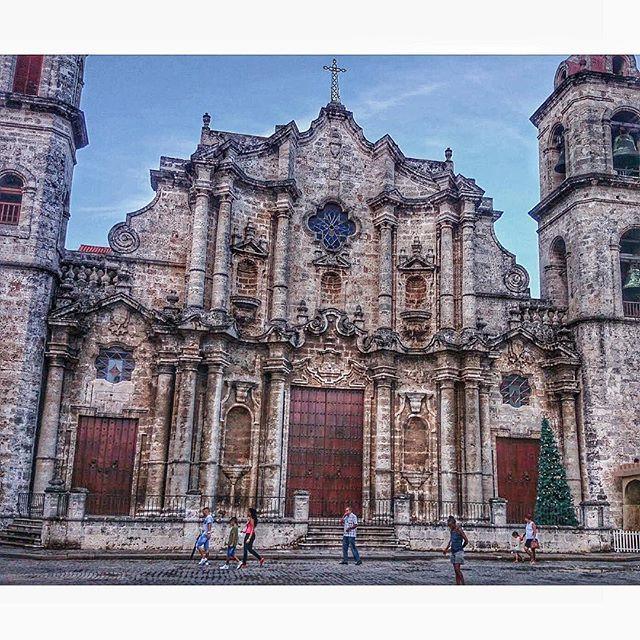 Fue aquí, en este sagrado lugar, donde una vez descansaron los supuestos restos de Cristóbal Colón traídos de Santo Domingo en 1796, hasta el año 1898, cuando fueron trasladados a España.  La Catedral de La Habana todavía se erige majestuosa en pleno siglo XXI, luego de más de 260 años de construida. De extraordinaria belleza arquitectónica al estilo barroco, el templo católico posee detalles que lo magnifican; entre ellos sus curiosos trabajos de orfebrería del altar y reliquias; así como…