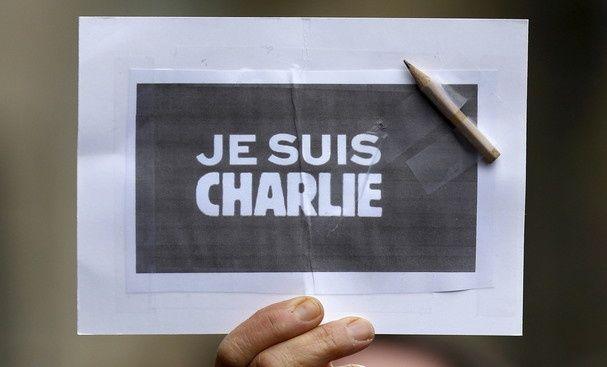 Deux ans après l'attaque du siège de Charlie Hebdo et la prise d'otages de l'Hyper Cacher, Anne Hidalgo, maire de Paris et Bruno Le Roux, ministre de l'Intérieur, se rendent sur ces sites pour un hommage aux victimes.