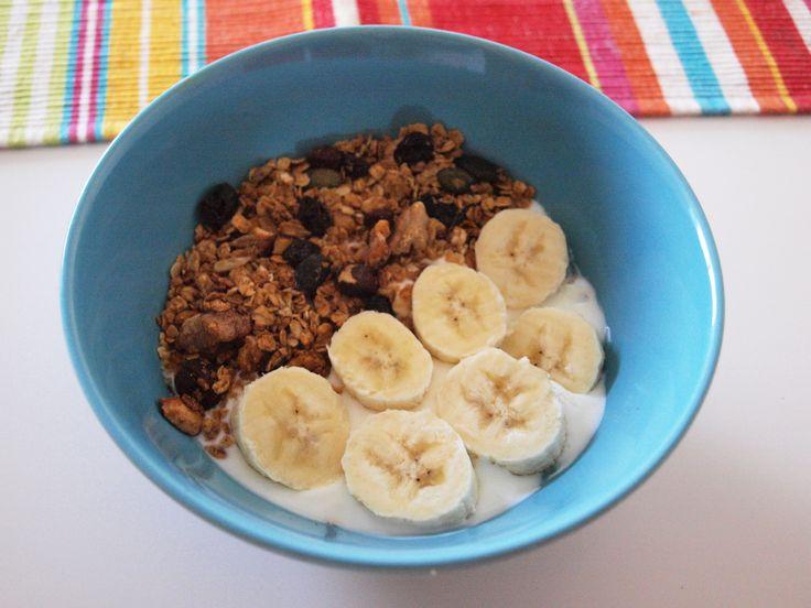 Recipefrom Honest Onion O meu pequeno-almoço hoje: granola com iogurte, banana e mel. É uma ótima opção para um pequeno-almoço saudável e nutritivo! Fiz a granola em casa com uma receita que retirei do blogHonest Onione acabou por ficar delicioso! Ainda mais do que a que se compra no supermercado, claro. Também é uma ... Read more