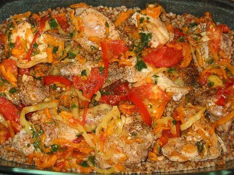 Курица с гречкой в духовке 0.5 курицы или 2-3 окорочка 1 стакан гречки 2 стакана кипятка 1 морковь 1 луковица 1 шт. сладкого перца 2 шт. помидора 1 зубок чеснока немного зелени соль,перец по вкусу.