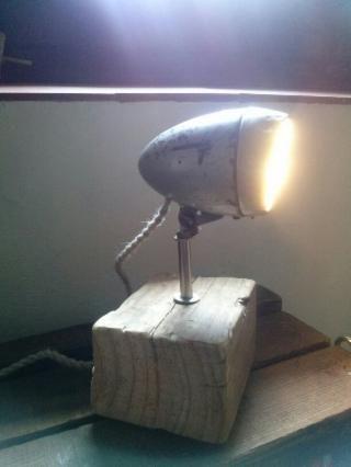 Lámpara de mesa. Antiguo foco marca FER de bicicleta antigua. Base de madera tratada y pie de hierro. Cable trenzado blanco. 60€  - SOLD- VENDIDO