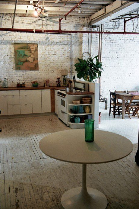 TOUCH dieses Bild: A Saarinen table Isbael got right after she moved back to... by FvF