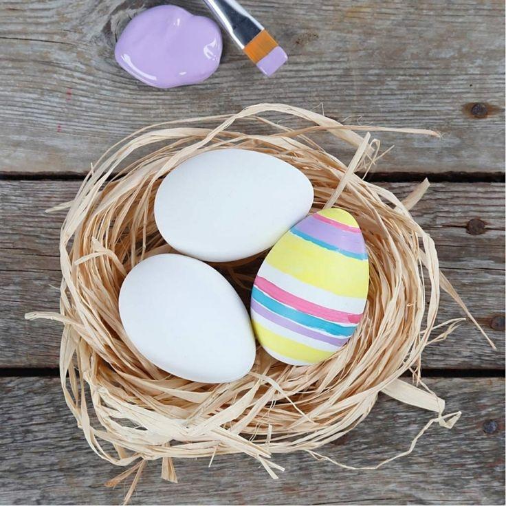 Eierkarton met 12 plastic eieren met een zijdemat witte finish. Een ei heeft een grootte van 6 cm en een gaatje aan de bovenzijde. Het ei kunt u zelf decoreren en gebruiken als paasversiering.