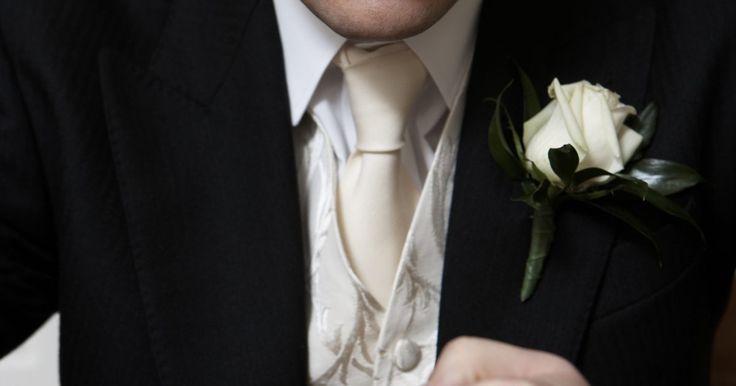 Cómo agrandar un anillo. Los anillos son regalos populares, a menudo dados como gestos románticos o como símbolos de amistad permanente. Sin embargo, algunos nunca se ajustan del todo bien, haciéndolos tanto dolorosos de llevar como difíciles de quitar. Los anillos que encajan perfectamente una vez pueden volverse también imposibles de poner debido al aumento de peso.