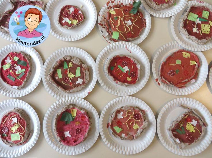 Pizza maken met klei, verf en papier met kleuters 3 , thema restaurant, kijk voor meer info op kleuteridee.