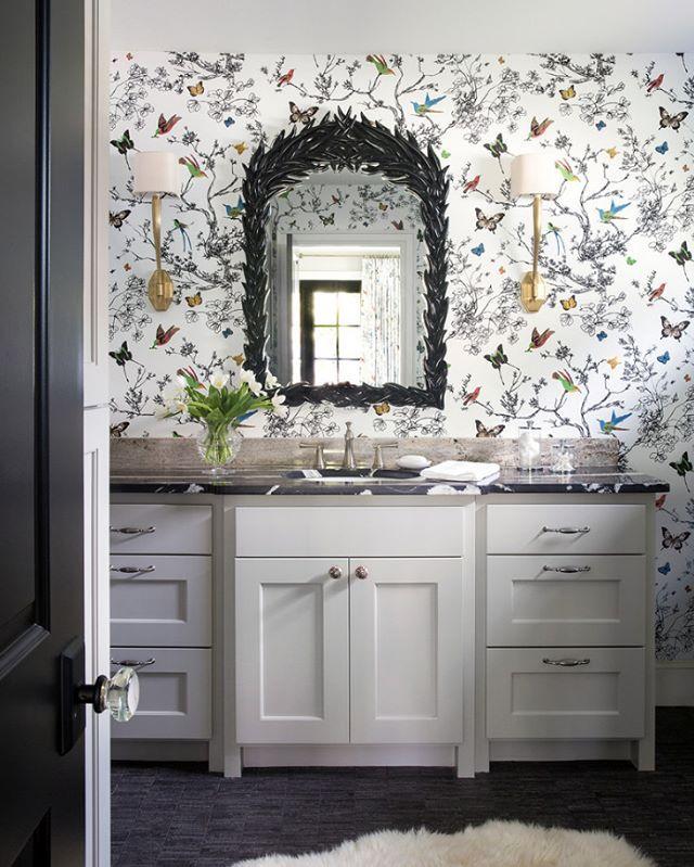 Böyle eğlenceli bir duvar kağıdı, banyo dekorasyonunda kullanılırsa sonuç ancak bu kadar güzel olur. Siyah fayanslar tezgah ve ayna çerçevesinin uyumu ile birlikte, iç açan, mutluluk veren bir banyo dekorasyonu.  #dekorasyon #banyo