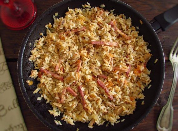 Tuna and bacon with rice | Food From Portugal. Do you like innovate and experimenting new combinations of flavors? Try this tuna and bacon recipe with rice, it's easy to prepare and very delicious! Dare yourself!  http://www.foodfromportugal.com/recipe/tuna-bacon-rice/