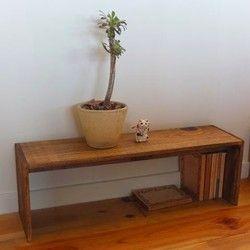 飾り棚です。立てても横でも使えます。文庫本サイズの本棚や小さい子供用の靴箱など、特に用途は決まっていませんが、奥行きが少ないので玄関周りや机の上に置いても圧迫感が少ないです。無垢の木を使っています。荒材に軽くサンディングしてブライワックスとオスモカラーで仕上げました。大きさ 横幅62.5cm 高さ20.5cm 奥行き18cm荒材の板から作っている為、節、割れ、節穴等が有ります。組み立ては全て金色のネジを使用し、ネジの頭は露出したままです。リンゴ箱やワインの木箱のような作りで、家具のような奇麗な作りでは有りませんのでご注意下さい。踏み台や腰掛け等には適しません。