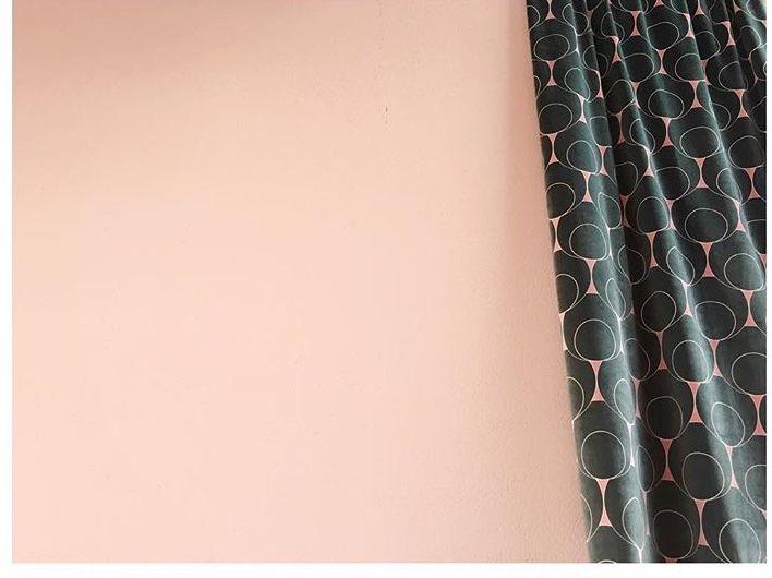 Gotain Sammetsgardiner i designen Dotindot. Djupgrön möter Dusty rosa i ljuvliga sammetsvågor. Vi gör det enkelt att beställa skräddarsydda gardiner - se hela sortimentet på www.gotain.com länk hittar du ovan.  #sammet #gardiner #gardin #sammetsgardiner