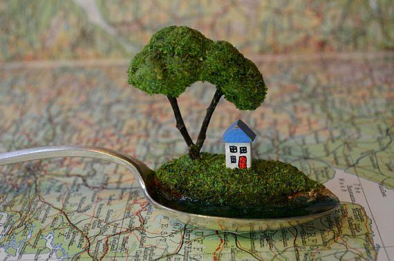 Miniature maison anglais de paysage dans une cuillère nichée dans le bol d'une cuillère. La pièce dispose d'une jolie maison en bois au toit peu bleu assis sous l'ombre d'un arbre fabriqués à la main, donnant sur l'eau bleu calme.  Idée cadeau de souvenir spécial, pour une nouvelle maison, un mariage, pour les amoureux du pays, la nature, lac et plage de la vie ou admirateurs de la beauté élégante et décalée. Nous aimons faire des pièces que susciter l'imagination et de tenir les débuts…