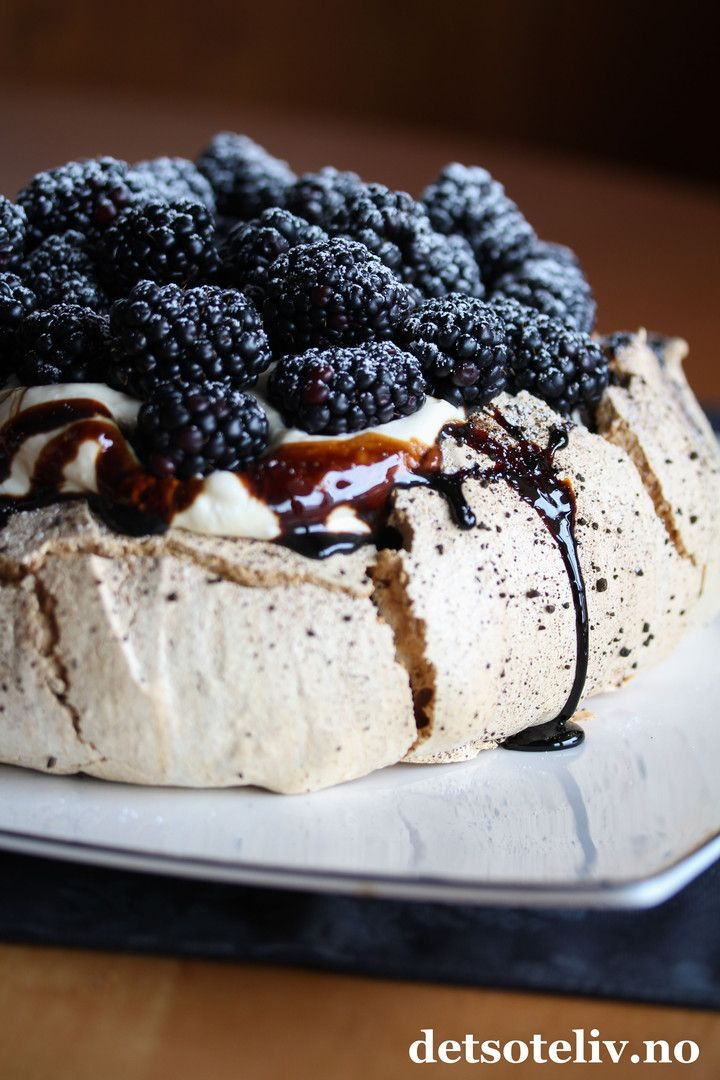 """A dream is a wish your heart makes.  Vi har vel alle noen drømmer for det kommende året.. Godt å vite at noen drømmer faktisk kan bli noe av på ordentlig! Denne kaken er hentet fra min andre kakebok """"Det søte liv - Kaker for enhver smak"""" som jeg ga ut høsten 2017. En drøm, som ble til en målsetting, som ble til en realitet - og som jeg er veldig stolt over! Boken inneholder over 200 kakeoppskrifter inndelt i 10 smakskapitler, og denne kaken er fra det tiende kapittelet om lakris. ..."""