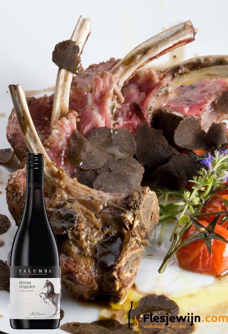 Een gerecht voor echte vleesliefhebbers: lamsrack met zwarte zomertruffel. De ultieme luxe en samen met een glas Yalumba Y Shiraz Viognier is het feest compleet! https://www.flesjewijn.com/recepten/lamsrack-met-zwarte-zomertruffel