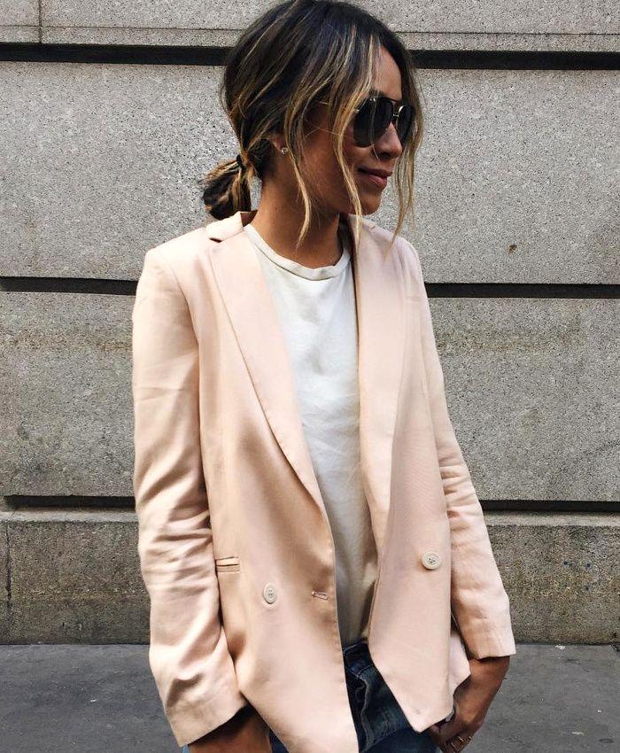 Rien de tel qu'un blazer poudré pour rehausser le duo tee-shirt blanc/jean brut ! (instagram Sincerely Jules)