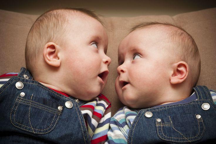 Praktische Accessoires für Zwillingseltern | Zwillinge gleichzeitig stillen? Tragen? Mit beiden entspannt im Schaukelstuhl sitzen und ein Buch lesen? Doch, das geht! Wir haben praktische Accessoires für Zwillingseltern gefunden, die den Alltag leichter machen. Schauen Sie mal!