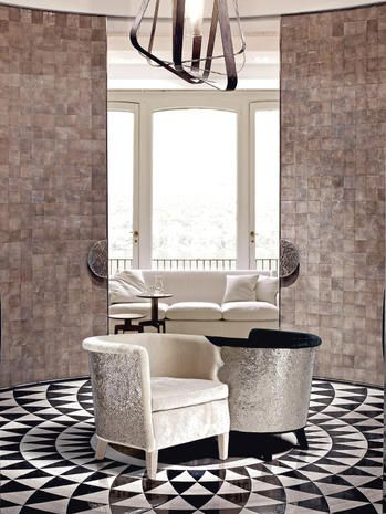 Come arredare il living con colori chiari e in stile optical: intriganti trame tessili incontrano il décor prezioso dei mosaici in stanze haute couture