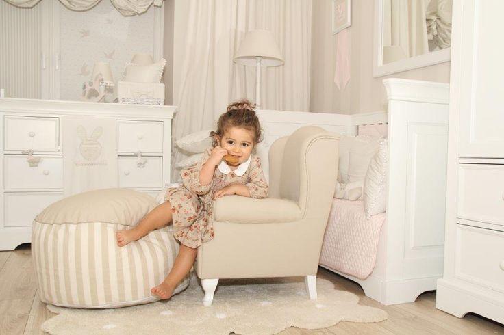 Mini fotelik i pufa z pastelowej kolekcji sklepu Caramella.pl wniosą do dziecięcego pokoju przytulną atmosferę odpoczynku po przygodach w przedszkolu.