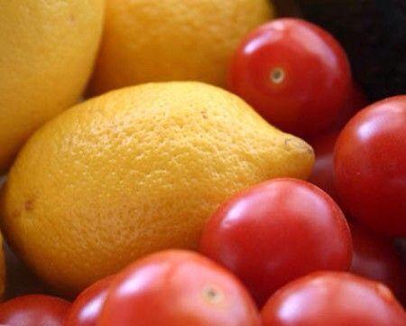 MASCHERA ANTI PELLE GRASSA AI POMODORI E LIMONE   INGREDIENTI  1 limone 2 pomodori   PROCEDIEMNTO Mescolare il succo di limone con quello dei pomodori. Applicare sulla zona T(naso,fronte e mento). Dopo aver lasciato in posa per circa 30 minuti, lavare il viso con acqua fredda.