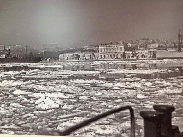 Beylerbeyi İskelesi'nden üzeri buz tutmuş Boğaziçi'ne bakış (1954) #birzamanlar #istanlook #nostalji