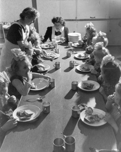 Eten. Kinderen aan tafel tijdens maaltijd in Rooms-Katholiek   kindervakantietehuis Sint Antonius in Bakkum, 18 maart 1949.