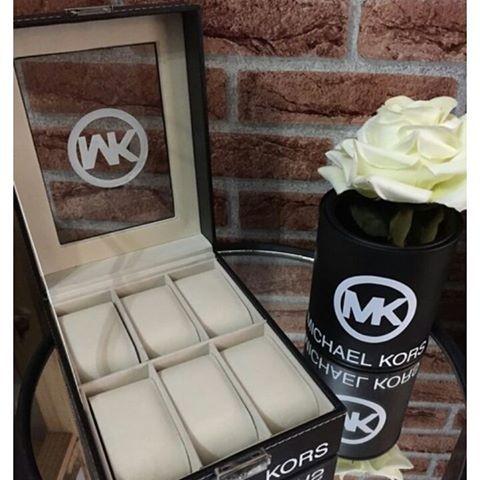 ✳️✳️ Novidade ✳️✳️ Porta relógio em courino!! Luxo!! Lata Inspired MK ($42) Compre já!! #lata #vasinho #flor #mk #michaelkors #inspired #relogio #portarelogio #organizador #lojaonline #vendas #compras#instafashion #presente #novidade