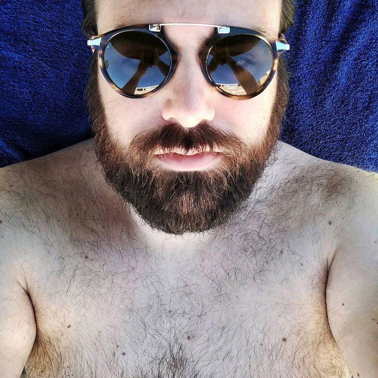"""A ver a ver...  necesito una frase profunda para que esta selfie parezca tener sentido y no se note que la subo únicamente porque me encanta que mi barba sea """"de colores""""  #me #men #beard #bearstyle #beards #beardgang #summer #relax #sunglasses #menstyle #mensfashion #beardlovers #bear #beardy"""