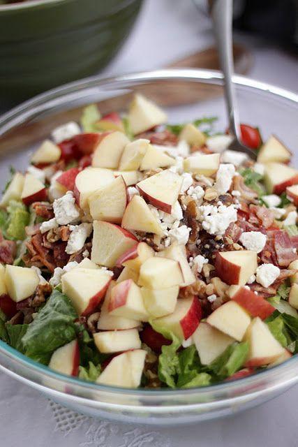 salade, pommes, bacon grillé, noix et feta