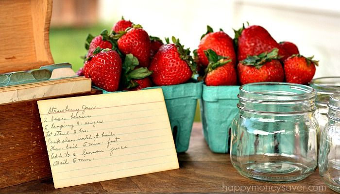 This old fashioned strawberry jam recipe has no pectin and tastes like fresh strawberries. #vintage #recipes #strawberryjam
