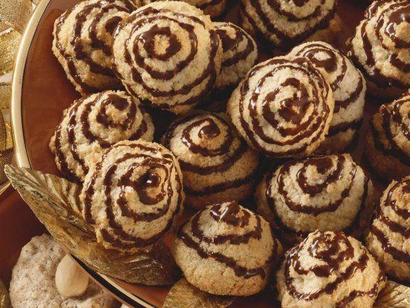 Kokos-Marzipan-Makronen - die machen nicht nur optisch was her!| http://eatsmarter.de/rezepte/kokos-marzipan-makronen