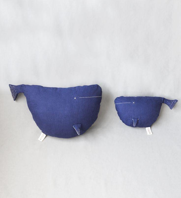 Большая синяя подушка кит. Натуральный лен, ручная вышивка в магазине «Kinzzza» на Ламбада-маркете