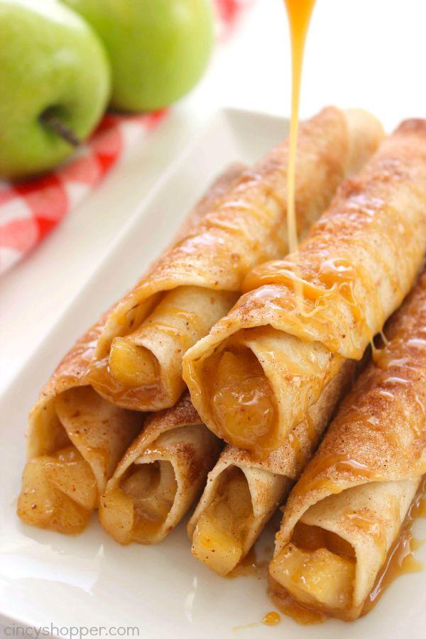 Caramel Apple Taquitos -flour tortilla's geladen met appeltaart vullen, kaneelsuiker en karamel.  Grote val dessert.