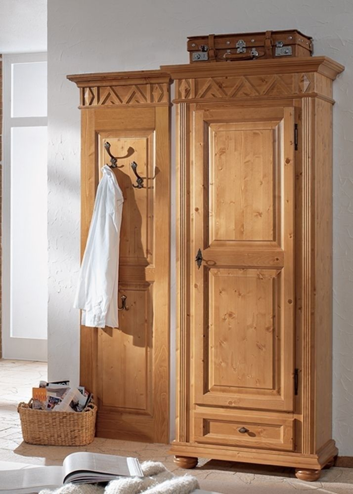 Garderobe Landhausstil Gloria Holz Massiv Fichte Antik Lackiert 1796. Buy now at https://www.moebel-wohnbar.de/garderobe-gloria-massivholz-antik-lackiert-1796