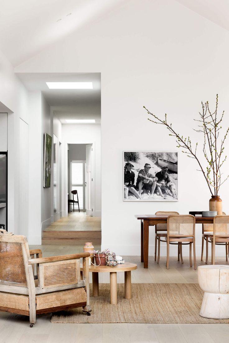 Design minimaliste pour une maison d'architecte en bois et blanc