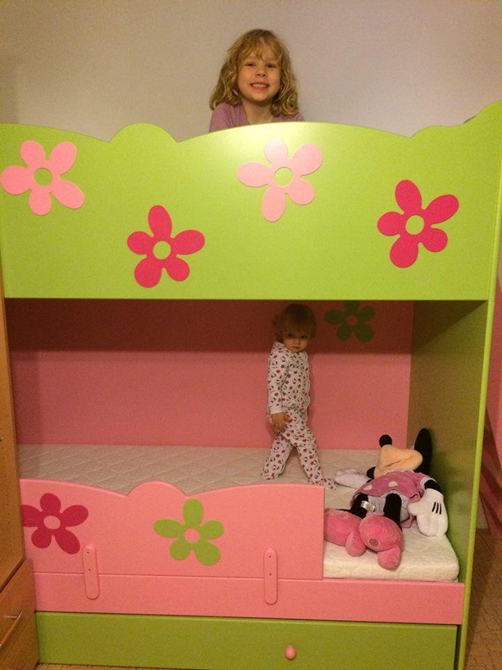 Krásná a barevná patrová postel nabízí krásný dívčí design, který si všechny holčičky zamilují.