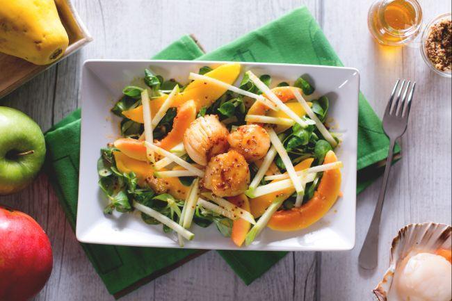 Le capesante con insalata di frutta sono un piatto di pesce fresco e delizioso con la pregiata carne delle capesante, papaya, mango e salsa di frutta!