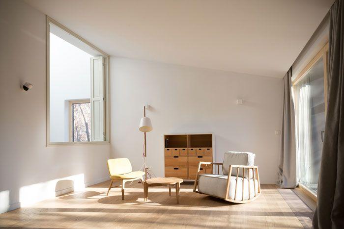 La început de 2016 observăm un nou trend în arhitectura românească: case vechi, refăcute și înglobate în structuri noi industrial-minimaliste, precum extensia origami din Otopeni, despre care v-am povestit de curând. Pornind de la același concept a apărut un proiect
