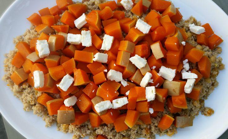Dit is een lekker, gezond en voedzaam maaldat goed past bij nazomerse, soms al wat herfstige dagen. De pompoen is in honing geroosterd en de couscous is op smaak gebracht met sinaasappelsap en spe…