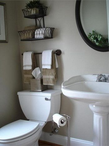 こちらはトイレ上のデッドスペースをうまく活用しています。  ワイヤーバスケットを取り付け、上へ上へと収納スペースを広げていますね。  ワイヤーバスケットはインテリアショップなどでも購入可能ですが、園芸用品店などにも置いてありますよ。