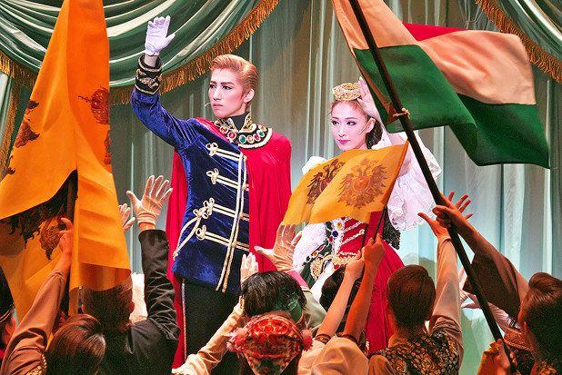 エリザベートを妻に迎えたオーストリー=ハンガリー帝国のフランツ・ヨーゼフ皇帝(真風涼帆)=兵庫県宝塚市の宝塚大劇場で