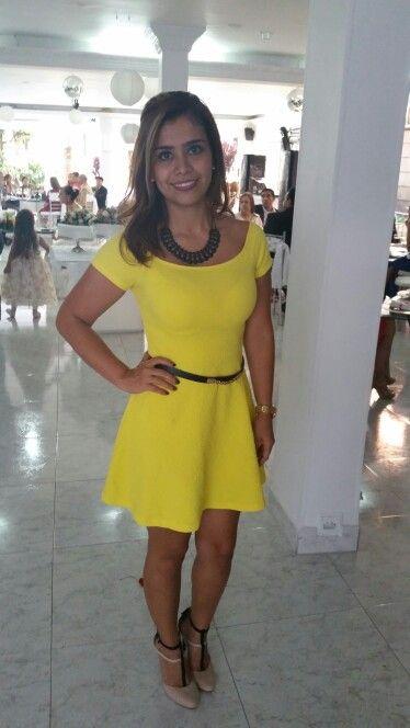 Vestido amarillo, zapatos beige