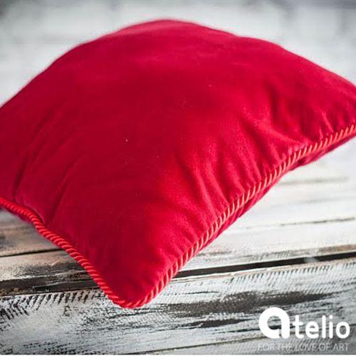 Aksamitna poduszka w kolorze czerwieni. Pracownia Color for Home. Do kupienia w atelio.pl. #red #pillow